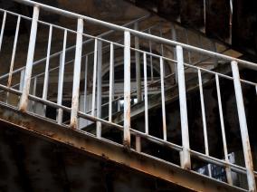 Serliana w okowach przerdzewiałych schodów ewakuacyjnych