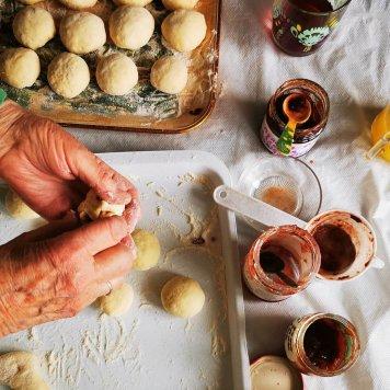 Babcia lepi malutkie pączki, takie na dłoń